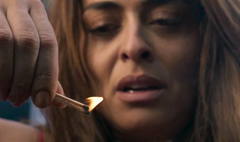 Em 'A Força do Querer', Bibi (Juliana Paes) se prepara para incendiar a casa de Carine (Carla Diaz) — Foto: Globo