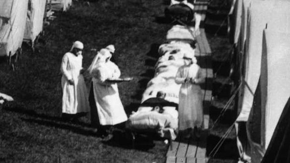 Apenas em 1918, a Gripe Espanhola causou uma redução de 12 anos na expectativa média de vida nos EUA  — Foto: BBC