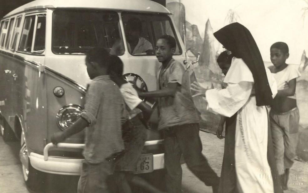 Irmã Dulce e a famosa Kombi da OSID, recolhendo crianças abandonadas nas ruas de Salvador — Foto: Divulgação/Obras Sociais Irmã Dulce