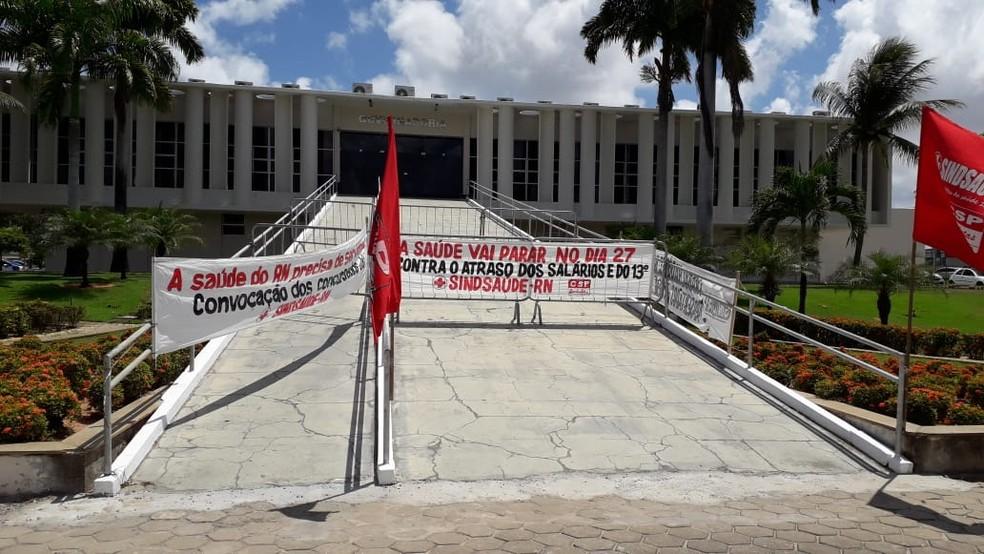 Faixas foram instaladas por manifestantes na rampa da Governadoria, em Natal — Foto: Julianne Barreto/Inter TV Cabugi