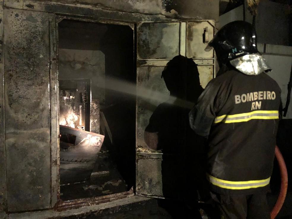 Bombeiros controlaram o fogo em hotel de Natal — Foto: Divulgação/Corpo de Bombeiros