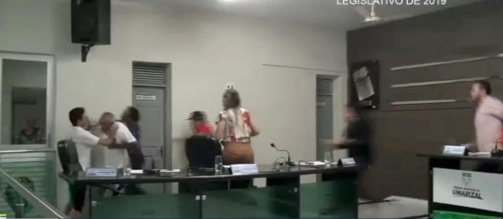 Vereador levanta e vai em direção a blogueiro. Outros vereadores separaram a briga — Foto: Reprodução