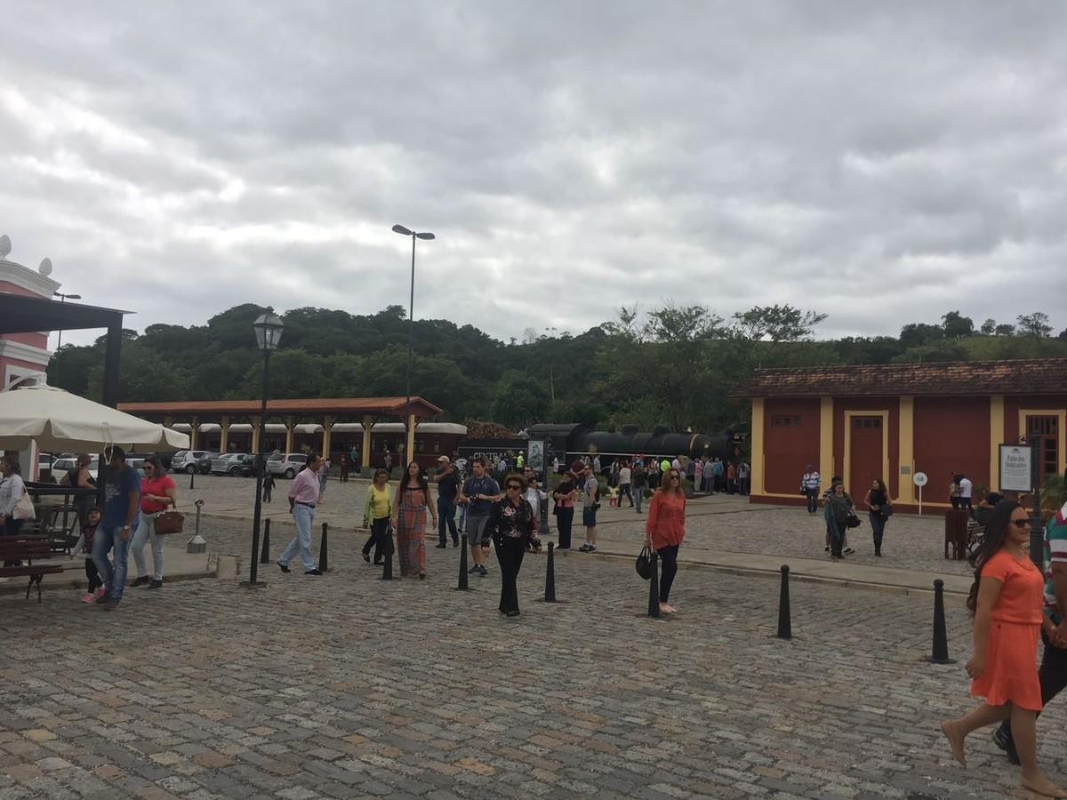 Decoração de Natal aumenta procura pela Maria Fumaça de Guararema, que abriu horário extra