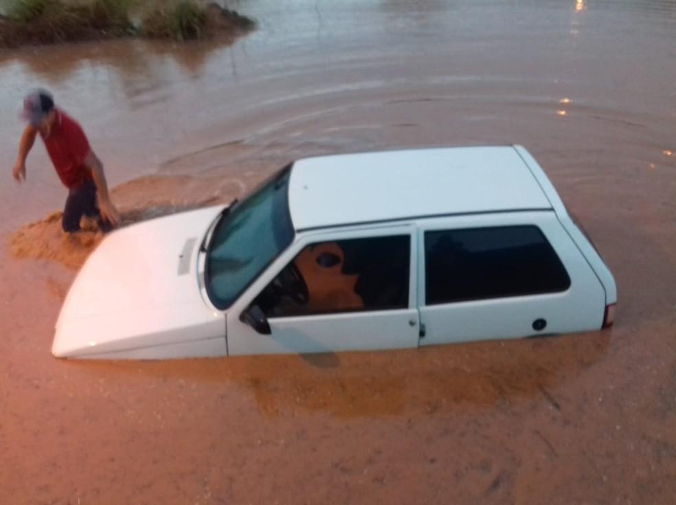 Carro ficou submerso após chuva em Rondonópolis (Foto: Arquivo pessoal)