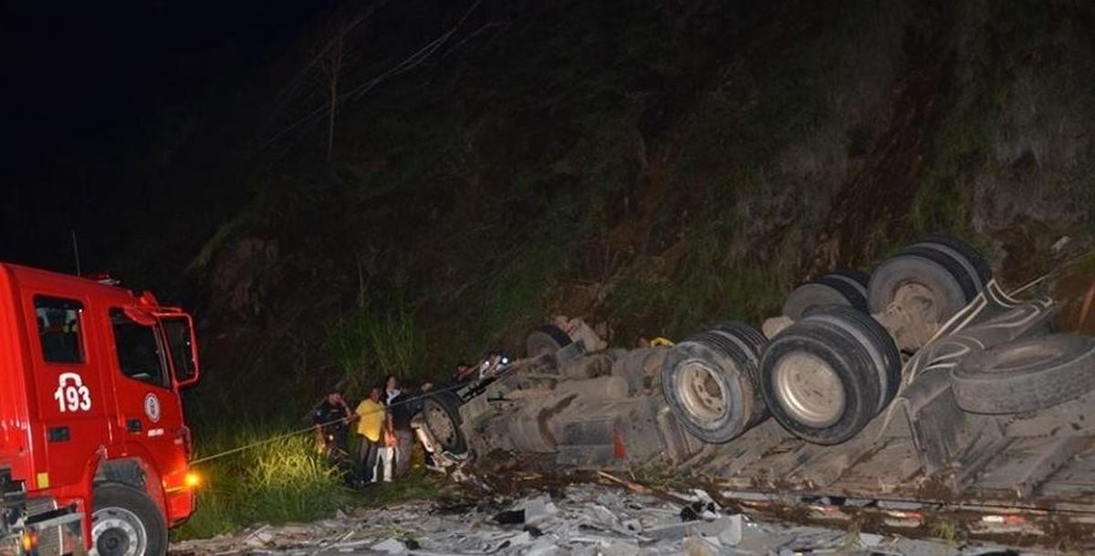 Mulher morre e motorista fica ferido ao capotar de caminhão na RJ-214, em Natividade