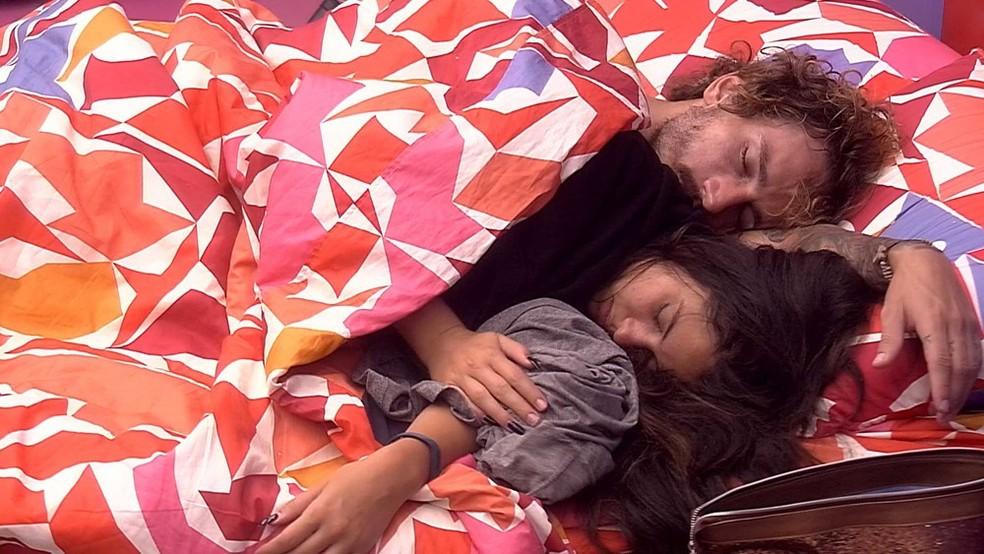 Alan e Hana dormiram de conchinha — Foto: TV Globo