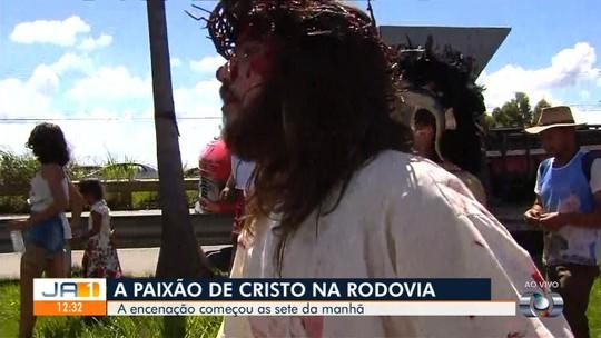 Encenação da paixão de Cristo emociona fiéis em Goiás