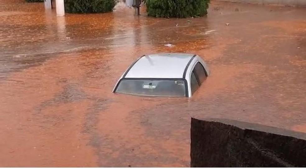 Carro ficou praticamente coberto pela água durante chuva em distrito de Laranjal Paulista (SP) — Foto: André Luís de Souza Ramos/Divulgação
