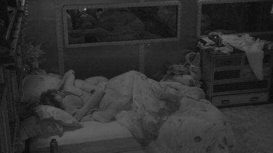 Paula e Breno se beijam na cama