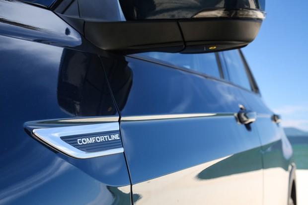 Grade preto brilhante e logotipos diferencial a versão Comfortline do T-Cross (Foto: Divulgação)