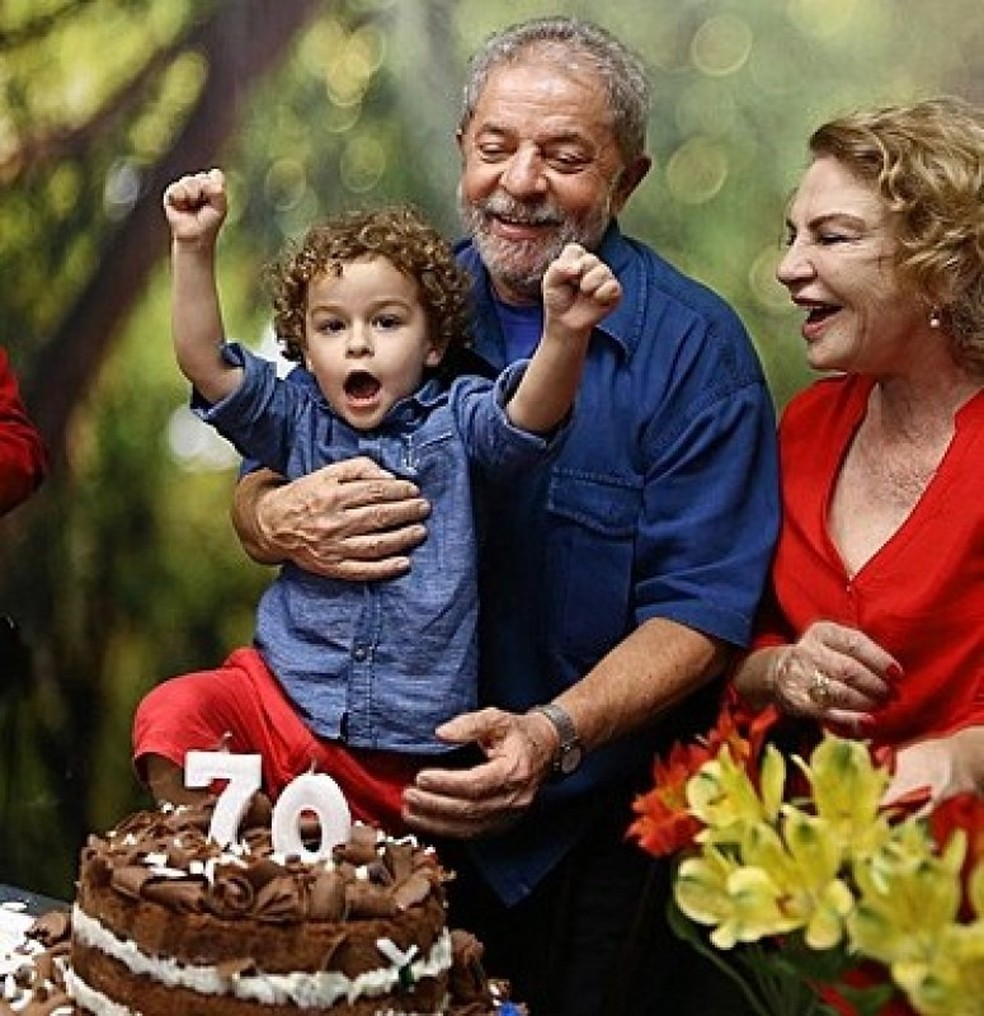 Lula, o neto Arthur, e dona Marisa no aniversário de 70 anos do ex-presidente — Foto: Ricardo Stuckert/G1