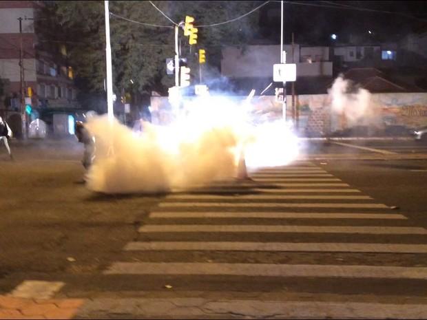 Bombas foram arremessados pela Brigada Militar na Cidade Baixa (Foto: Fábio Almeida/RBS TV)