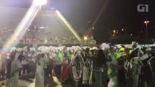 Caprichosos de Pilares corre para terminar desfile a tempo no Sambódromo