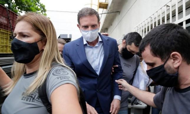 Preso, Marcelo Crivella é conduzido por policiais na Cidade da Polícia