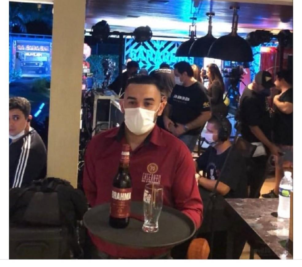 Foto compartilhada nas redes sociais com aglomeração nos bastidores de live de Jorge e Mateus chama a atenção — Foto: Reprodução/Instagram