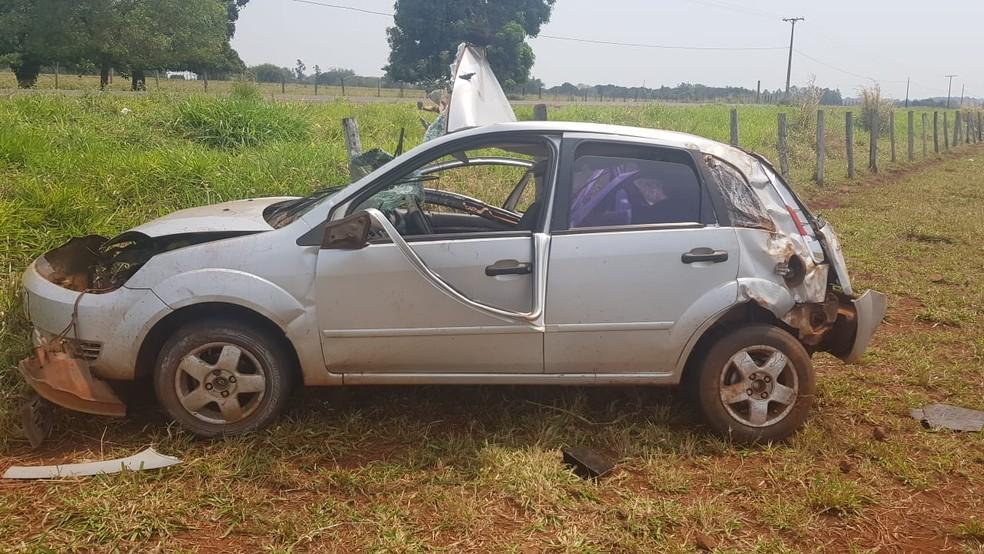 Carro da professora ficou bastante destruído após o acidente  — Foto: PMR / Divulgação