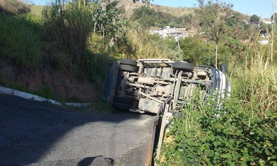 Caminhão de lixo do Saae tomba e três ficam feridos em Barra Mansa