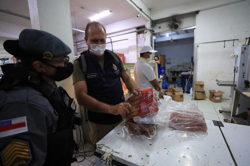 Material apreendido em mercado na Zona Sul de Manaus teve de ser descartado — Foto: Divulgação