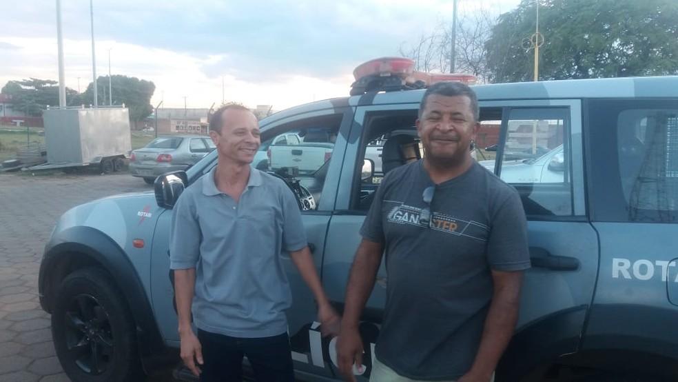 Hudson (E) durante encontro com policial aposentado que perdeu R$ 3,4 mil — Foto: PMDF/Divulgação