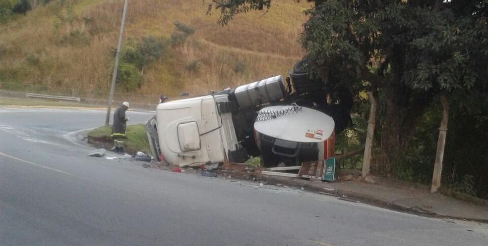 Carreta tanque tomba na Dutra, em Piraí, RJ, e combustível derrama na pista (Foto: Robson Martins Franco dos Santos/Arquivo Pessoal)