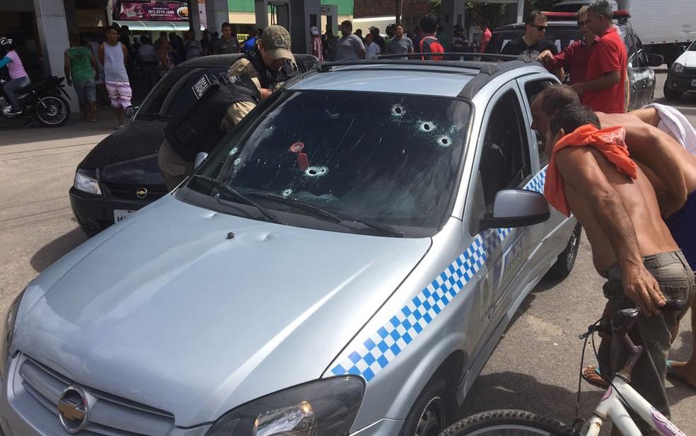 Tiroteio atingiu táxi em Igarassu, no Grande Recife (Foto: Reprodução/WhatsApp)