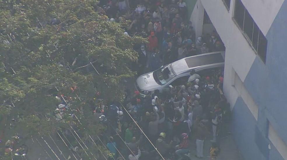 Carro funerário deixa quadra da Unidos da Vila Maria e segue para o local onde Mc Kevin será enterrado, nesta terça-feira (18). — Foto: TV Globo