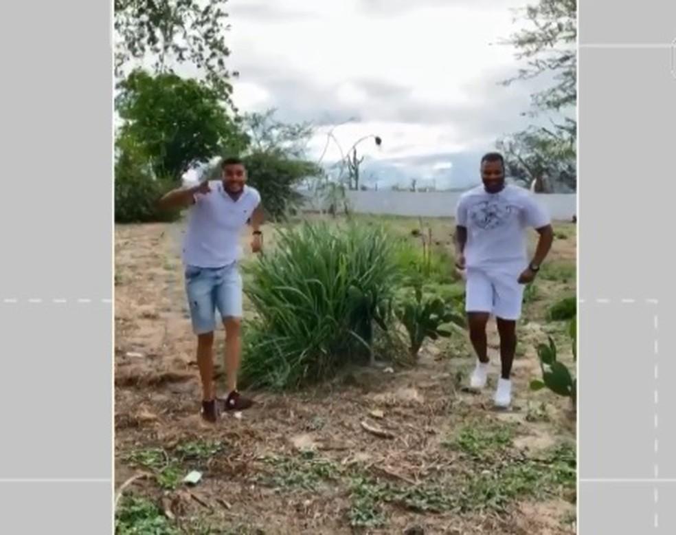 Amigos de Ney Lima aparecem em meio a plantação em vídeo com paródia de vinheta da Globo — Foto: Reprodução