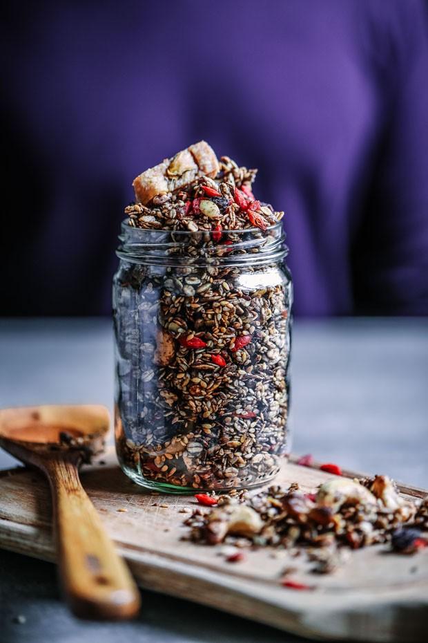 Como fazer granola de aveia com cacau (Foto: Simplesmente)