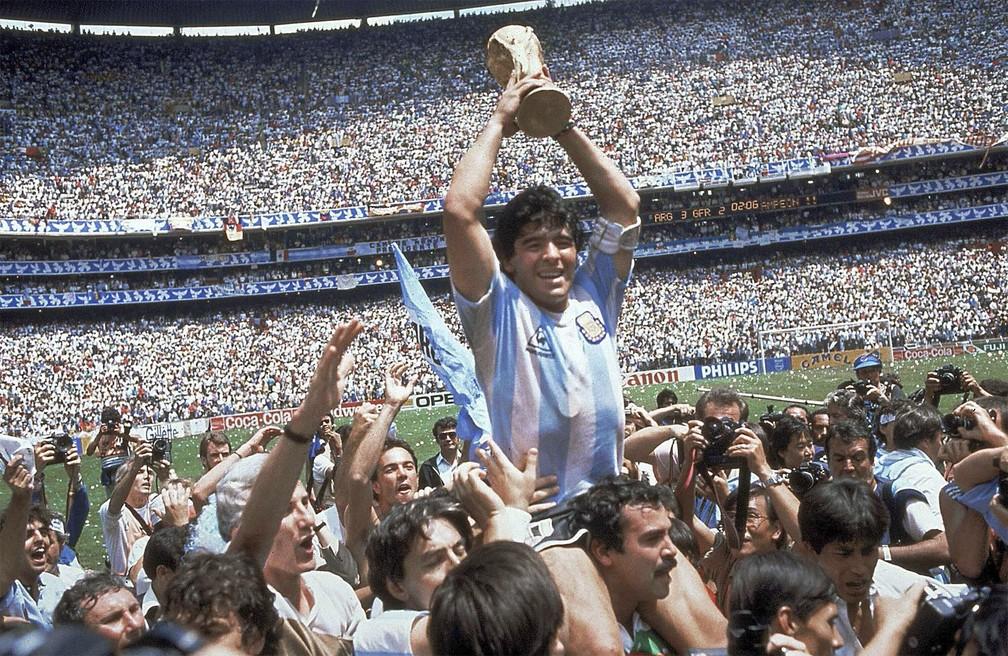 Diego Maradona ergue a Copa do Mundo após vitória da Argentina sobre a Alemanha Ocidental em 1986, na Cidade do México — Foto: Carlo Fumagalli/AP/Arquivo