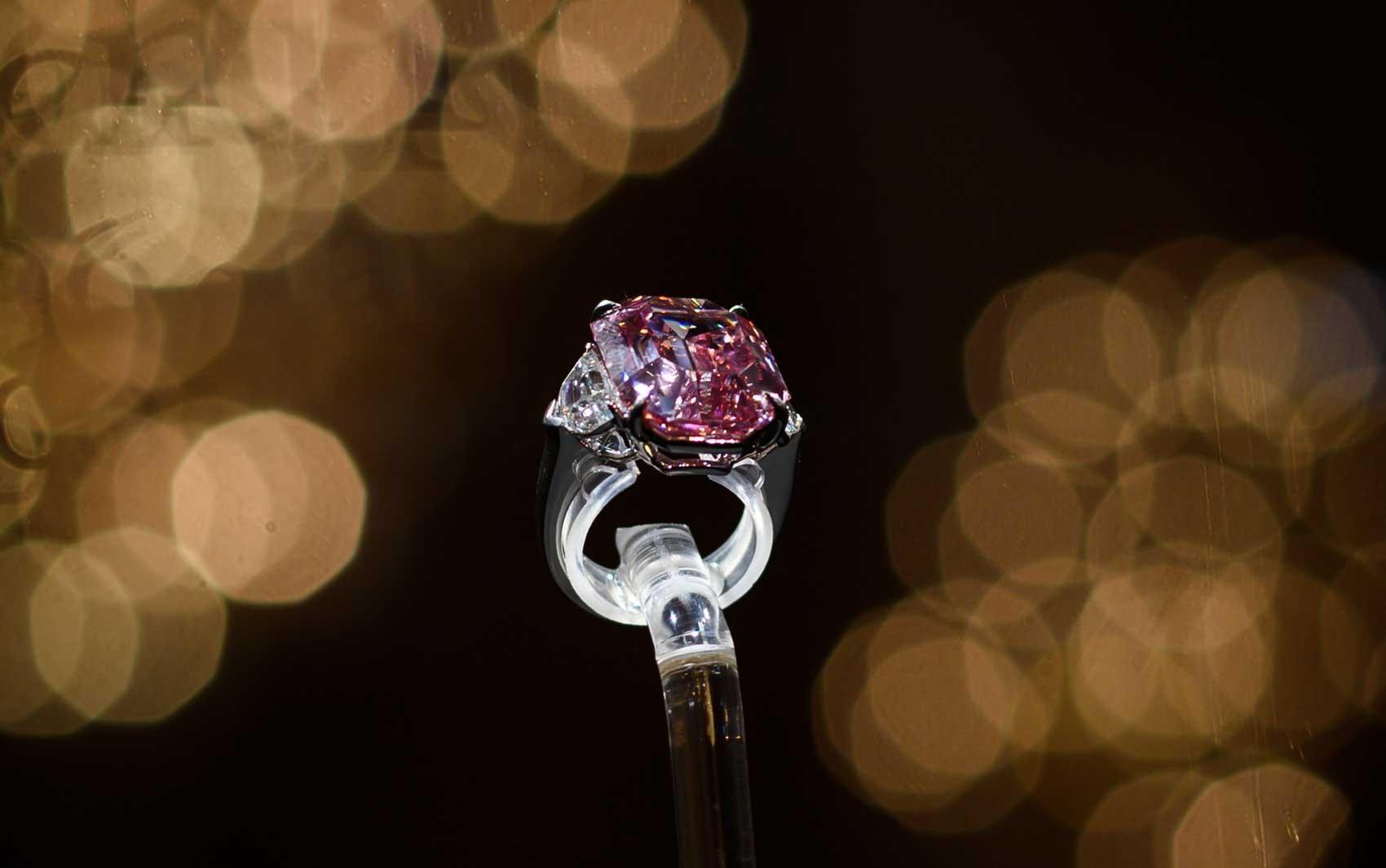 Diamante rosa é vendido por 44 milhões de euros em leilão em Genebra - Radio Evangelho Gospel