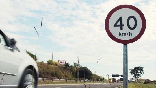 Placas de sinalização são maiores em vias mais rápidas