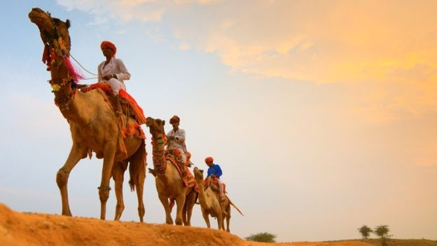 Por alguns séculos, transporte por meio de camelos marcou o norte da África e Oriente Médio (Foto: Getty Images via BBC)