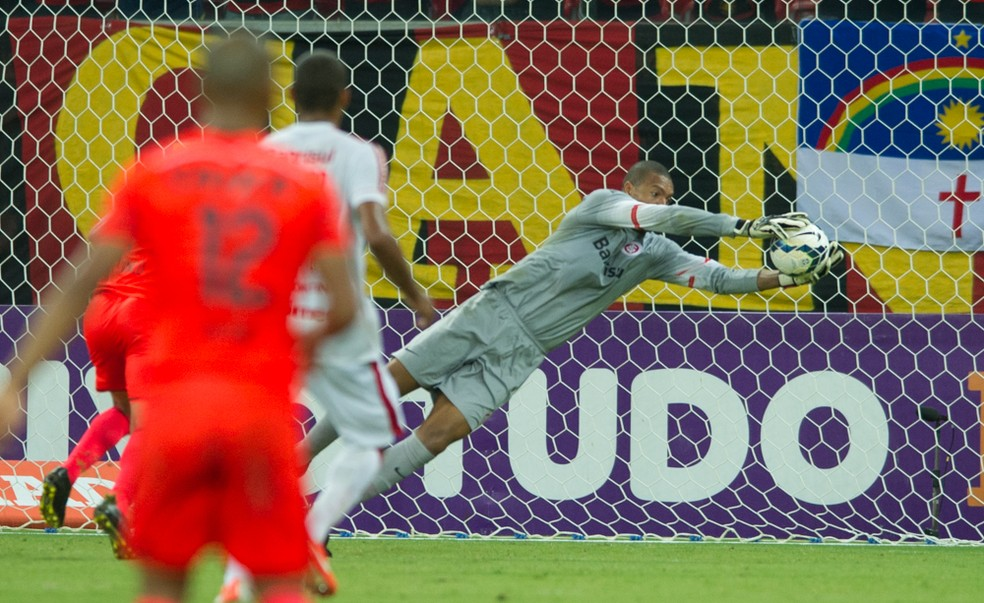Dida faz defesa no jogo contra o Sport em 2015 — Foto: Alexandre Lops/Inter