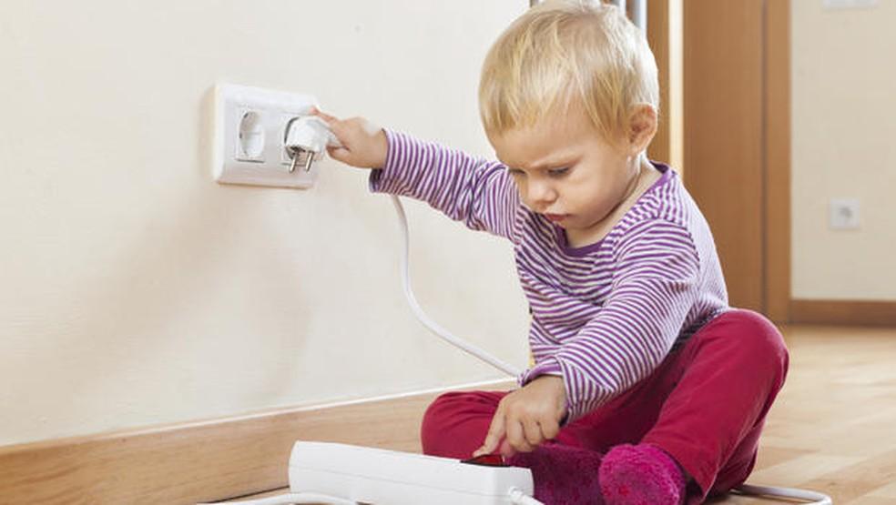 Tomadas abertas podem apresentar perigo às crianças e risco de choque elétrico — Foto: Divulgação