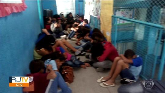 Alunos e professores se protegem de tiros nos corredores de escolas em São Gonçalo