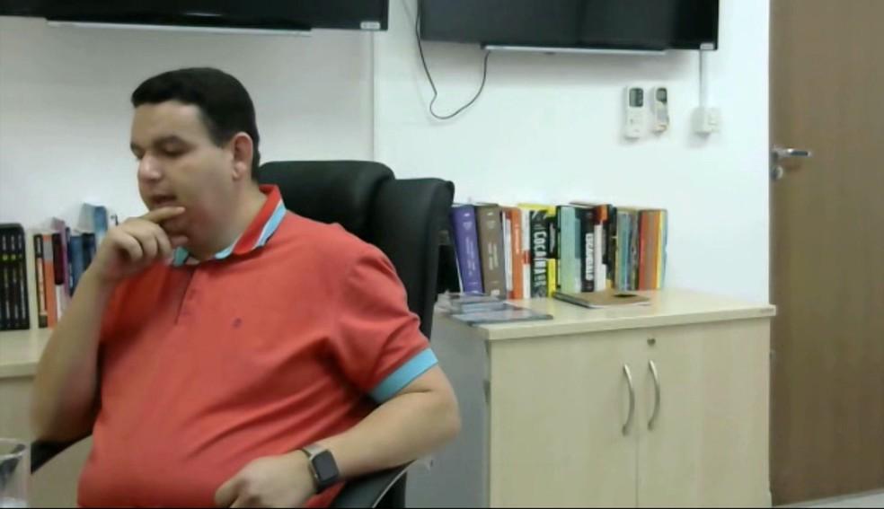 Radialista Fabiano Gomes, investigado na Operação Xeque-mate, detalhou a compra do mandato do prefeito Luceninha, em Cabedelo, PB (Foto: Reprodução/TV Cabo Branco)