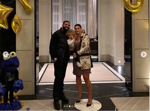 Drake e Sophie Brussaux com o filho Adonis (Foto: Instagram)
