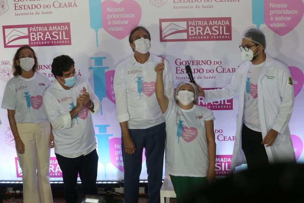 Técnica de enfermagem foi a primeira a ser imunizada contra a doença no Ceará — Foto: Helene Santos