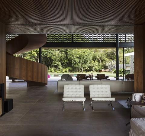 Em Curitiba, casa é emoldurada por um bosque de mata nativa