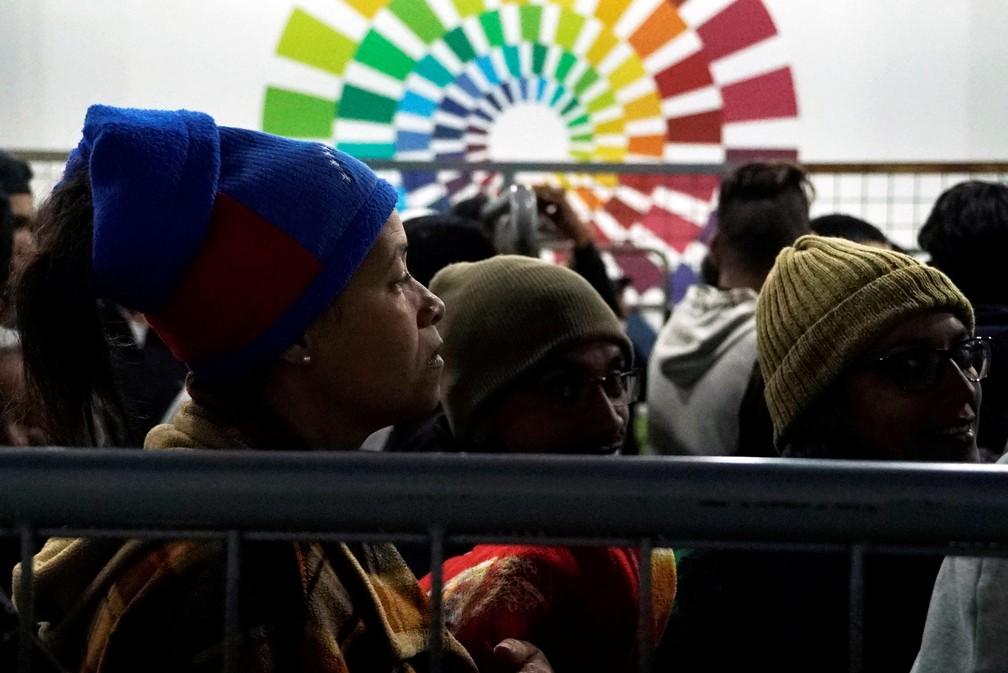 Venezuelanos chegam na fronteira do Equador com a Colômbia em viagem rumo ao Peru — Foto: Daniel Tapia/Reuters