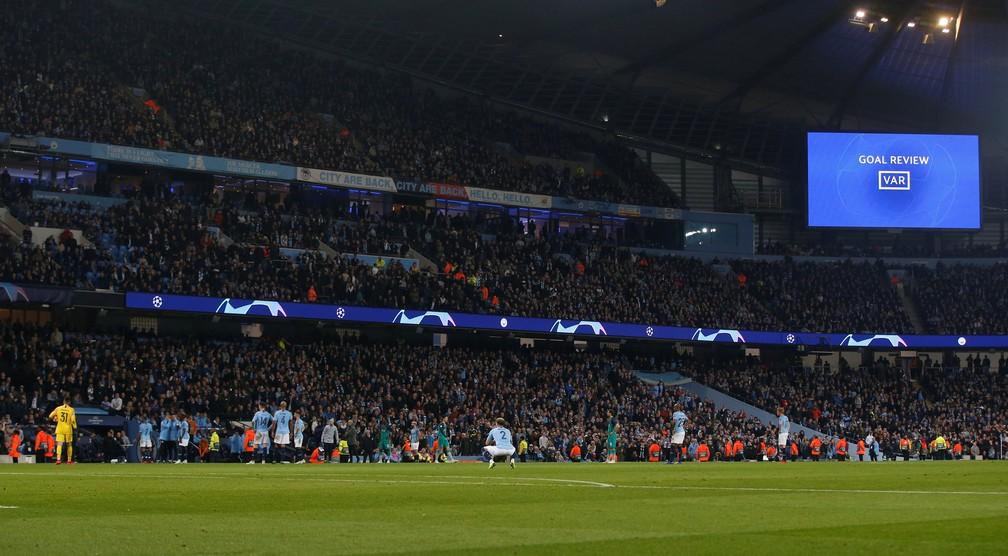 Revisão de gol: tensão em Manchester na validação ou não do gol de Sterlin, aos 48 minutos do segundo tempo contra o Tottenham — Foto: Andrew Yates/Reuters