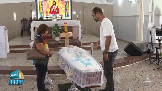 Morre padre atacado por homem com facão na porta de casa em Feira de Santana; suspeito continua preso