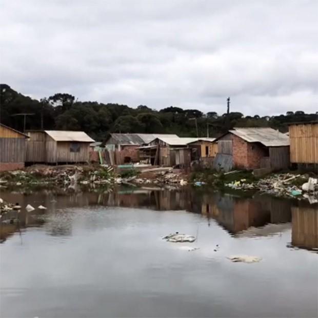 Luciano Huck se impressiona com a situação de comunidade de Curitiba (Foto: Reprodução/Instagram)