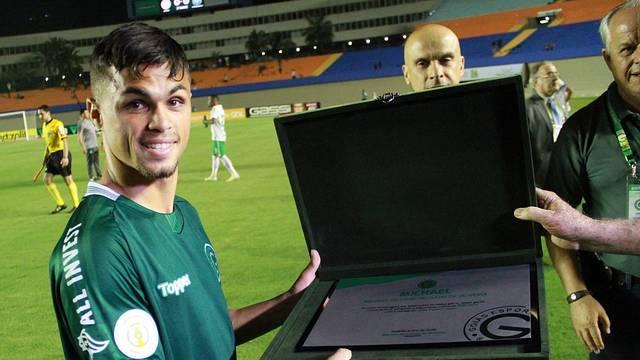 Michael recebe placa pelos 100 jogos com a camisa do Goiás