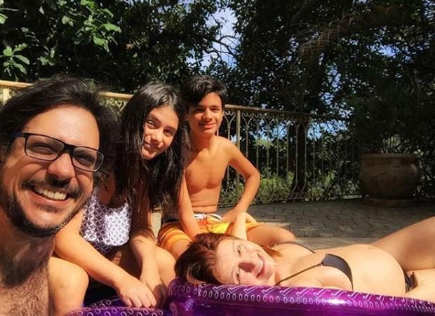 Lúcio Mauro Filho, Cíntia Oliveira e os filhos do casal, Antônio Bento e Luiza (Foto: Reprodução Instagram)
