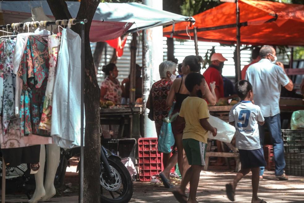 Feiras e estabelecimentos comerciais foram fechados por descumprir decreto de isolamento no Ceará — Foto: Helene Santos/SVM