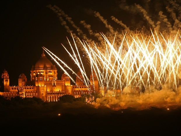 ** RIGHTS: ONLY UNITED STATES, BRAZIL, CANADA ** Jodhpur, INDIA  - A massive fireworks display is seen outside of the Umaid Bhawan Palace for Nick Jonas and Priyanka Chopra's Wedding in Jodhpur.Pictured: Nick Jonas, Priyanka ChopraBACKGRID USA 1 D (Foto: Zed Jameson / BACKGRID)