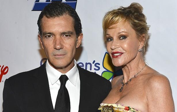 O casamento de 18 anos dos atores Melanie Griffith e Antonio Banderas chegou ao fim em 2014. Dizem que ele tem encontrado conforto no braço de outras loiras... (Foto: Getty Images)