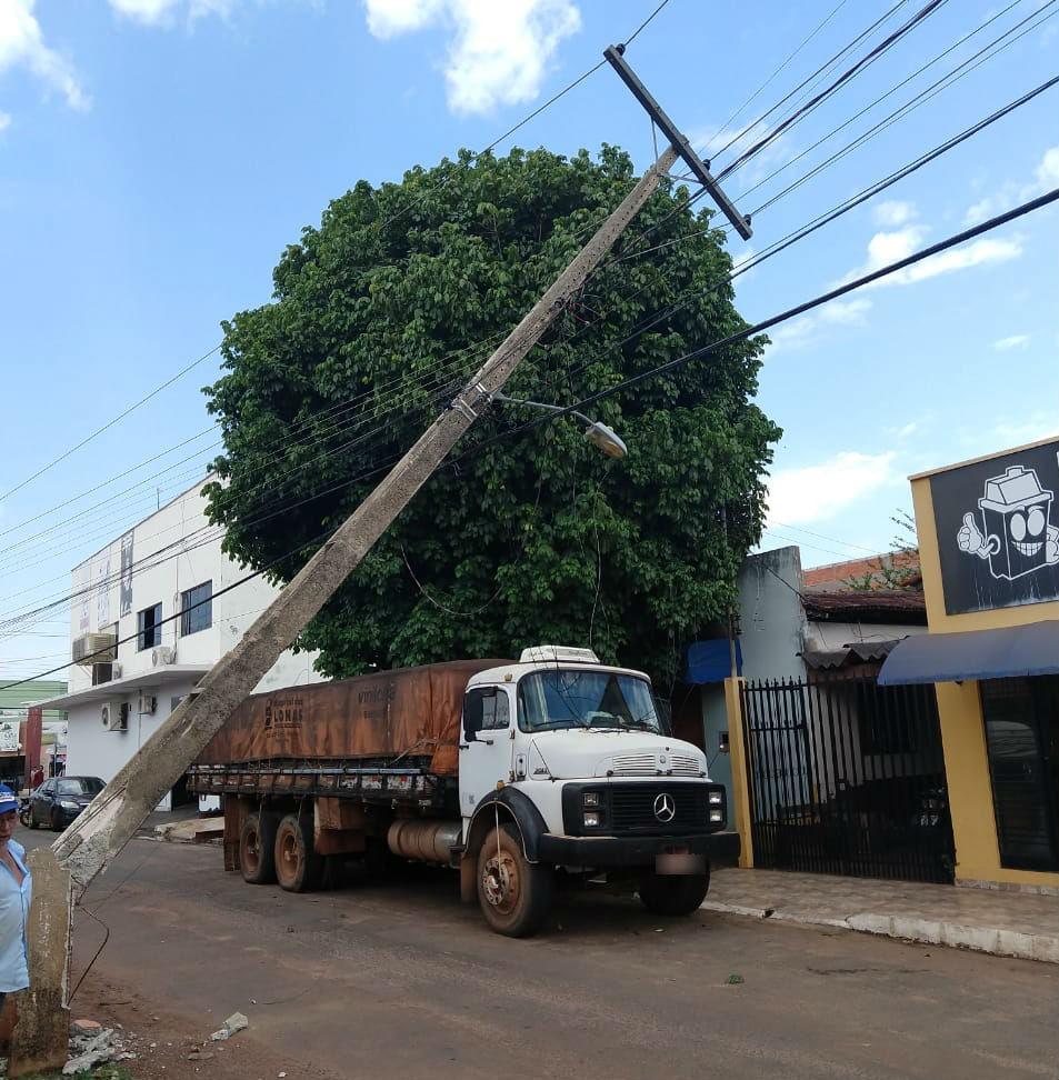 Caminhão puxa fio, derruba poste e deixa moradores sem energia - Notícias - Plantão Diário