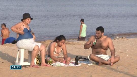 Moradores de Vitória aproveitam primeiro dia do horário de verão para ficar na praia